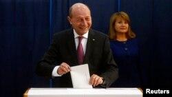 Нынешний президент Румынии Бэсеску голосует вместе с супругой на избирательном участке в Бухаресте
