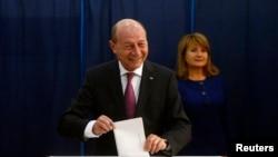 Румынияның қазіргі президенті Траян Бэсеску сайлауда дауыс беріп тұр. Бухарест, 2 қараша 2014 жыл.