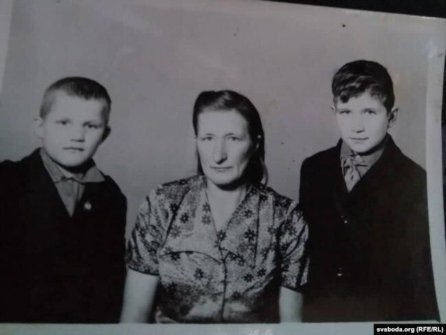 Лёня (зьлева) з мамай і братам Сашам