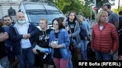 """Майките от """"Системата ни убива"""" с Мая Манолова пред задържания бус на организацията рано сутринта в неделя"""