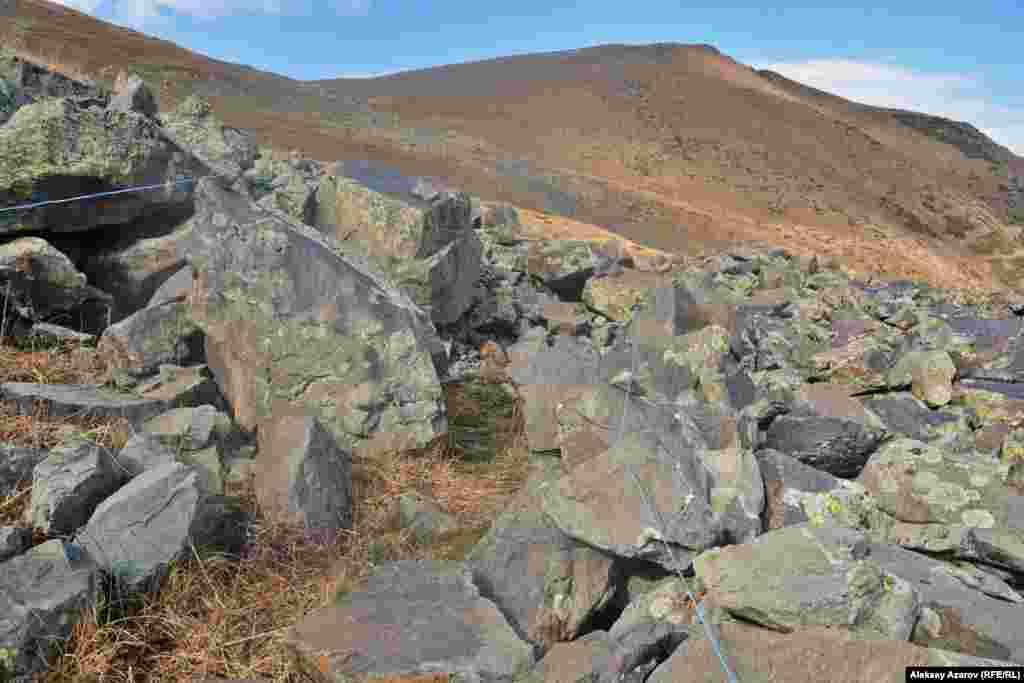 На этом фото видна древняя тропа среди камней. Её границы маркированы шпагатом.