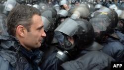 Оппозиционный украинский политик Виталий Кличко в окружении сотрудников спецподразделений милиции во время митинга у здания правительства. Киев, 25 ноября 2013 года.