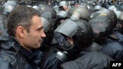 """Виталий Кличко, лидер партии """"УДАР"""", в окружении сотрудников спецподразделений ураинской милиции. Киев, 25 ноября 2013 года."""