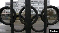 """Забор с """"олимпийскими кольцами"""" Федерального научного центра Физической культуры и спорта в Москве, где располагается и лаборатория WADA."""