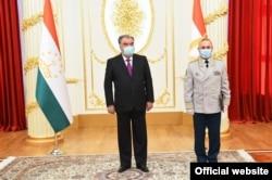 Тәжікстан президенті Эмомали Рахмон президент сарайындағы ресми кездесуде. 4 қыркүйек 2020 жыл.