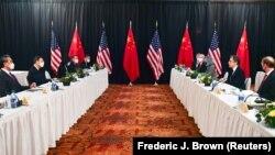 Госсекретарь США Энтони Блинкен (второй справа) и советник Белого дома по национальной безопасности Джейк Салливан (справа) во время встречи с китайскими официальными лицами Яном Цзечи (вторым слева), членом Политбюро и самым высокопоставленным посланником китайского лидера Си Цзиньпина, и министром иностранных дел Ван И (слева) на открытии американо-китайских переговоров на Аляске. 18 марта 2021 года.