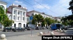 Дома по проспекту Нахимова возведены после войны в стиле сталинского ампира