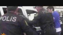 Polis gənclərin etiraz aksiyasını dağıdır