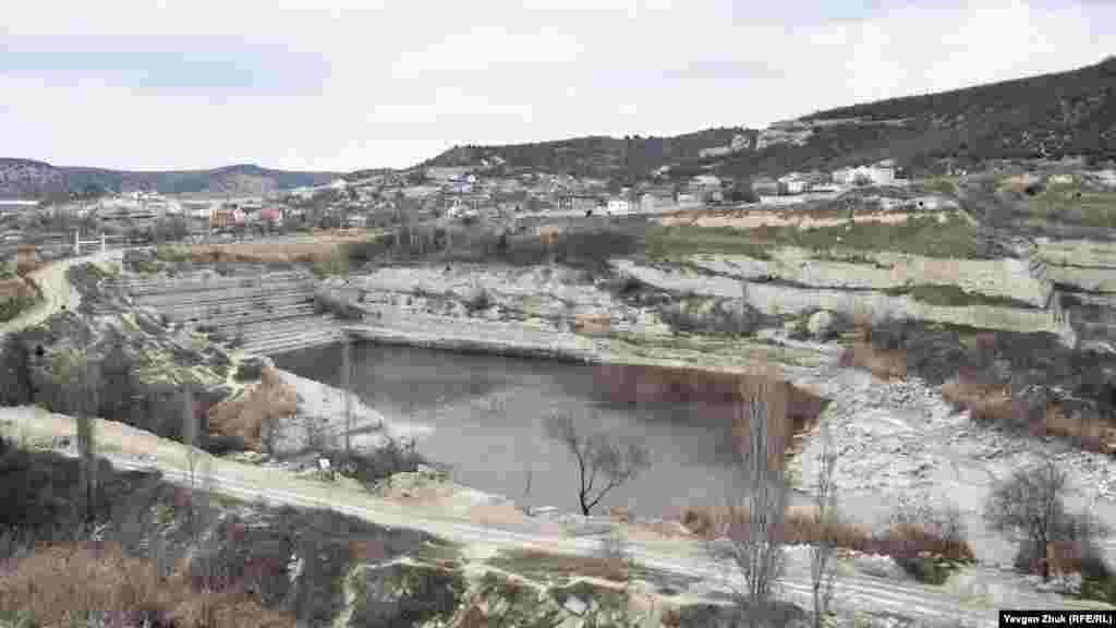 Загальний вигляд кар'єра в Інкермані наприкінці січня 2021 року. Воду з водойми російська влада почала забирати наприкінці листопада 2020 року. Водозабір пропрацював близько місяця, менше очікуваного терміну. Жителі Інкермана виступали проти рішення російської влади Севастополя забрати воду з озера в колишньому кар'єрі