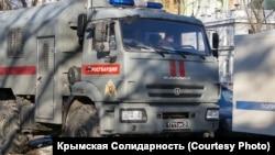 Российские силовики возле Киевского суда Симферополя