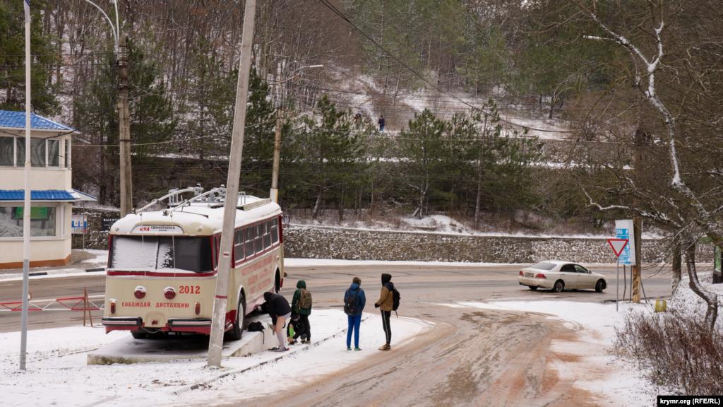 Первые пешие туристы у памятника крымскому троллейбусу
