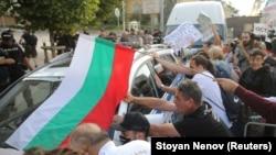 Протестиращи блъскаха полицейски коли и бусове