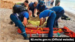Сотрудники МЧС России оказывают помощь пострадавшим при сходе грунта в поселке Любимовка близ Севастополя, 5 сентября 2021 года