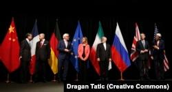 (Kiri ke kanan :) Menteri luar negeri / sekretaris negara Wang Yi (China), Laurent Fabius (Prancis), Frank-Walter Steinmeier (Jerman), Federica Mogherini (EU), Mohammad Javad Zarif (Iran), Philip Hammond (Inggris) , dan John Kerry (Amerika Serikat) berpose untuk foto bersama pada pertemuan di Wina yang melihat kesimpulan dari perjanjian nuklir JCPOA dengan Iran pada 14 Juli 2015.