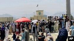 Qinde afganë para aeroportit në Kabul, gusht 2021.