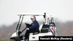 АҚШ президенті Дональд Трамп гольф көлігін айдап барады. Стерлинг. Вирджиния штаты, 22 қараша, 2020 жыл.