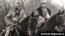 Regele Ferdinand și Regina Maria, întorcându-se victorioși la București, în dimineața zilei de 1 Decembrie 1918. Au sosit de la Iași - unde se refugiaseră în noiembrie 1916 împreună cu guvernul și autoritățile centrale, când 2/3 din teritoriu fusese ocupat de trupele germane.