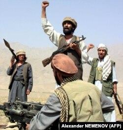 Солдаты афганского Северного альянса кричат «Аллах Акбар» на линии фронта против сил «Талибана» недалеко от бывшей главной советской авиабазы Баграм. 24 сентября 2001 года