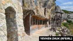 Одна из церквей пещерного монастыря