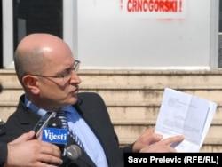 Predrag Popović sa rješenjem o oduzimanju državljanstva, mart 2011.