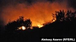 Возгорание склона на горе над комплексом трамплинов. Алматы, 6 сентября 2014 года.