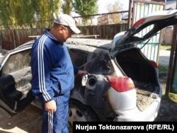17-октябрдын түнүндө болгон окуядан Нурлан Жумабаевдин короосунда токтоп турган автоунаасына өрт коюлган.