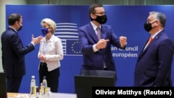 Францускиот претседател Емануел Макрон разговара со претседателката на Европската комисија Урсула фон дер Лајен, додека полскиот премиер Матеуш Моравјецки разговара со унгарскиот премиер Виктор Орбан за време на самитот на ЕУ во Брисел, 10.12.2020.