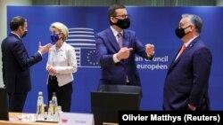 Президент Франции Эммануэль Макрон разговаривает с председателем Европейской комиссии Урсулой фон дер Ляйен, справа премьер-министр Польши Матеуш Моравецкий в беседе с премьер-министром Венгрии Виктором Орбаном.