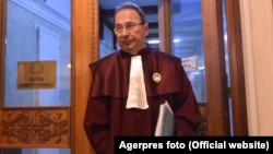 Valer Dorneanu, cu pensie și salariu de peste 50.000/lună, ar fi direct vizat de interzicerea cumulului de pensie și salariu. Și ar fi chemat să decidă și dacă legea ar fi contestată. Șapte din nouă judecători CCR sunt în această situație