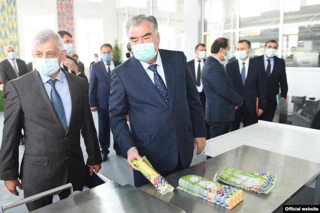 Рустам Холиков, бывший глава авиакомпании «Таджик Эйр» (слева), с президентом Таджикистана Эмомали Рахмоном