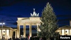 Светящаяся елка перед Бранденбургскими воротами в Берлине. Германия, 10 декабря 2015 года.