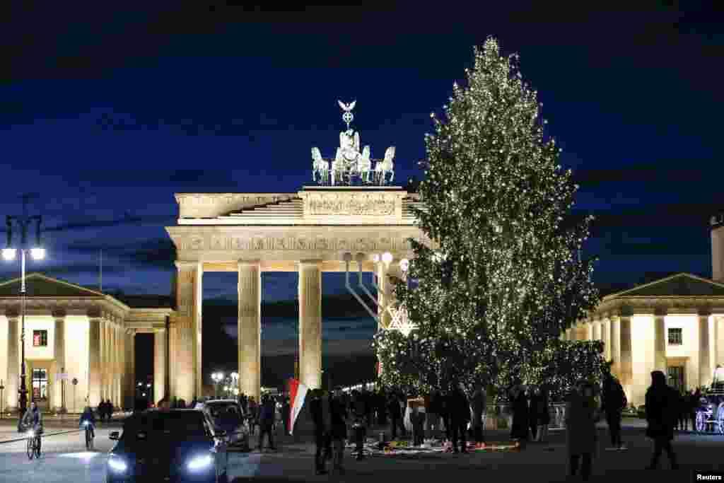 Рождественская елка у Бранденбургских ворот в Берлине
