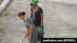 Туркменские учителя на субботнике. Иллюстративное фото.