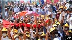 Демонстранти против пучот со кренати три прсти за време на митингот во близина на железничката станицаво Мандалај, Мјанмар, 22 февруари 2021 година.