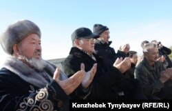 Молитва на могиле Заманбека Нуркадилова. Алматы, 12 ноября 2011 года.