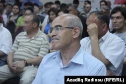 Ön planda müsabiqənin münsiflərindən olan tənqidçi Tehran Əlişanoğlu