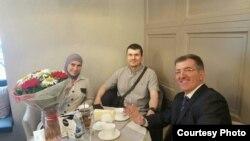 Амина Окуева, Адам Осмаев и Алекс Вернер на одной из встреч. Фото предоставлено защитой Артура Кринари