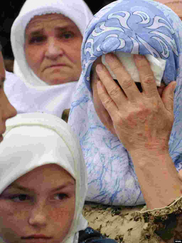 Jutros iza 10 sati iz Visokog je krenula kolona kamiona s tabutima 774 srebreničke žrtve i sanduk s posmrtnim ostacima Rudolfa Hrena. Kolonu su ispratili građani Visokog odavajući poštovanje i učenjem fatihe. U Sarajevo su stigli nešto iza 11 sati gdje ih je više hiljada ljudi dočekalo učenjem Fatihe ili minutom ćutnje. Deseta kolektivna dženaza žrtvama genocida u Srebrenici biće do sada najveća po broju žrtava koje će biti ukopane. Foto: Midhat Poturović