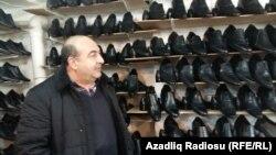 Yerli ayaqqabı satıcısı, Bakı, 04.05.2016