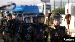 Солдаты охраняют зал суда, в котором проходит процесс по делу о попытке государственного переворота в Турции.