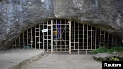 "Входът на пещерата ""Бачо Киро"" край Дряново"