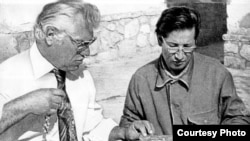 Uzbek archaeologist Victor Sarianidi (left), who discovered and excavated the nomadic tombs at Tillya Tepe in northern Afghanistan, in 1978