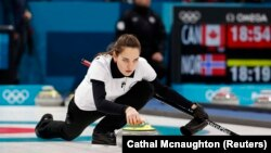Anastasia Brizgalova la meciul de curling