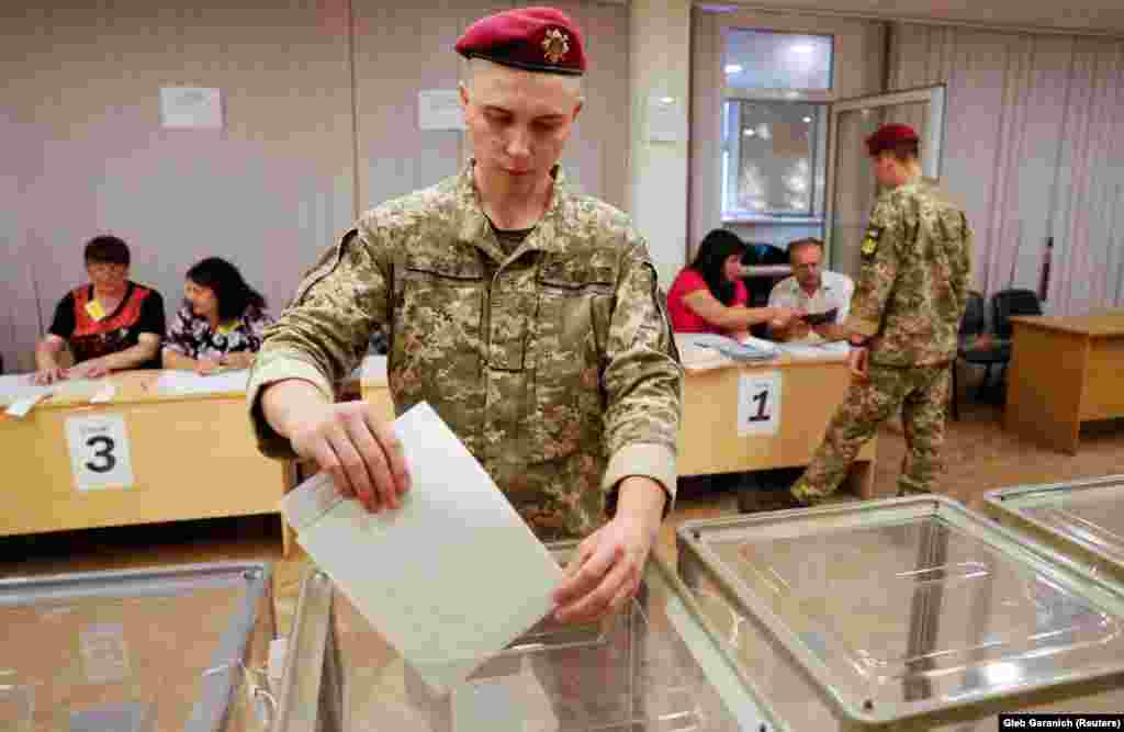 A Ukrainian serviceman casts his ballot in Kyiv. Since 2014, more than 13,000 people have died as Ukrainian government forces have fought against Russia-backed separatists in the eastern part of the country.(Reuters/Gleb Garanich)