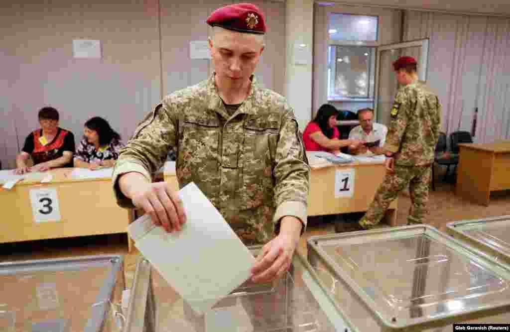 Голосование украинских военнослужащих (REUTERS/Gleb Garanich)