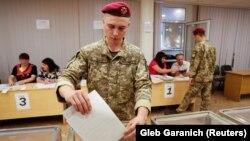 Украинский военнослужащий на избирательном участке в Киеве