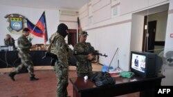 Краматорск қалалық кеңесін басып алған ресейшіл сепаратистер. Украина, 6 мамыр 2014 жыл. (Көрнекі сурет)