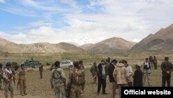 Афганські силовики з місцевими мешканцями у визволеному районі Зебак, 11 травня 2017 року