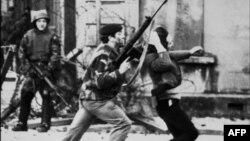 Британские солдаты и ирландский протестующий в Кровавое воскресенье