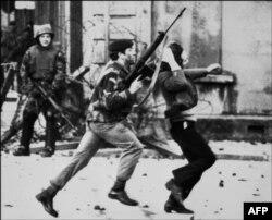 """Сутыкненьні каталіцкіх пратэстоўцаў з брытанскімі салдатамі падчас """"крывавай нядзелі"""", Паўночная Ірляндыя, 30 студзеня, 1972"""